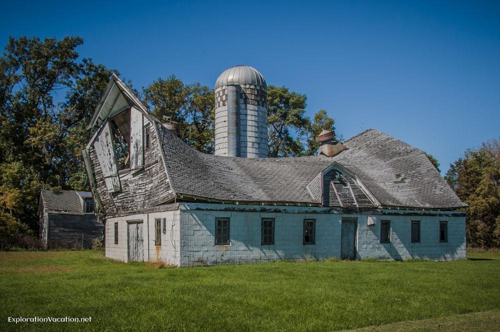 remains of a barn near Sundby, Minnesota - ExplorationVacation.net