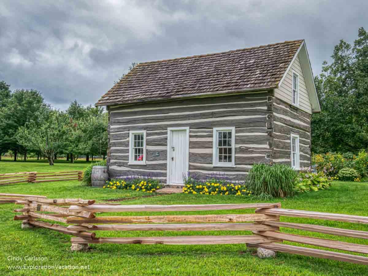 Swedish fence around a log cabin